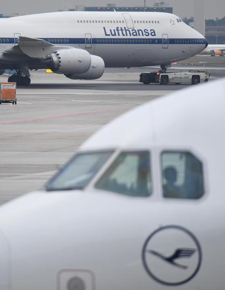 Lufthansa scivola a Francoforte (-2%). Nuovo sciopero dei piloti da martedì