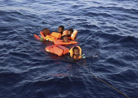 Migranti, affonda gommone al largo della Libia: sei morti