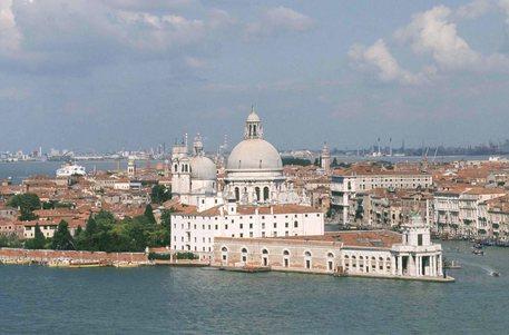 Venezia: fa pipì su Basilica, multato