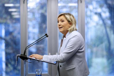 La sindaca di Barcellona: inaccettabile Marine Le Pen su migranti