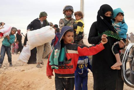 Risultati immagini per Migliaia ammassati a confine Giordania
