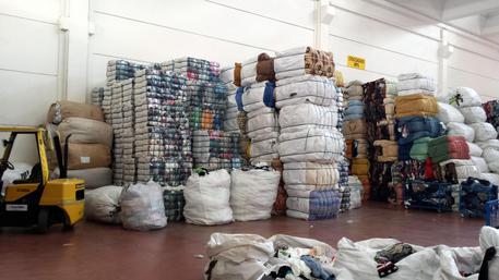 Vendevano abiti raccolti per i poveri - Campania - ANSA.it 08de09f78f99