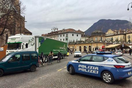 Agenti di polizia controllano un tir davanti al mercatino di natale di Bolzano © ANSA