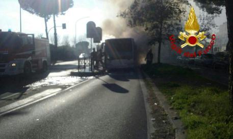Roma, un altro autobus in fiamme: paura sulla Tuscolana