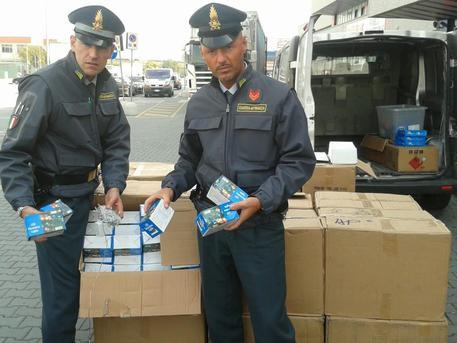 Gdf. Sequestrati oltre 90 mila addobbi natalizi prodotti in Cina
