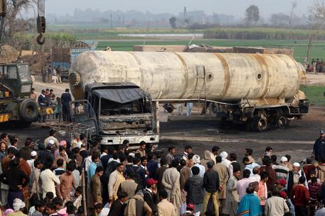 Pakistan:incidente con autobotte Gpl,12 morti di cui 6 bimbi © EPA