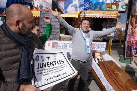 Risultati immagini per tifosi del napoli contro la juve bara della juventus