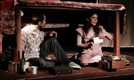 Teatro al libero a palermo 39 l 39 inverno sotto il tavolo 39 sicilia - Tappeto sotto il tavolo ...