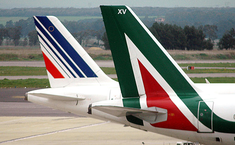 Due aerei Air France e Alitalia in una foto d'archivio © ANSA