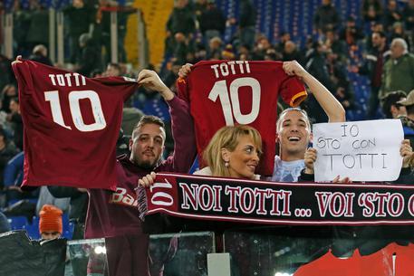 """Totti in tribuna con Ilary, tifosi """"c'è solo un capitano...""""  8d90f2086e430c83f0a6983f516e9c66"""