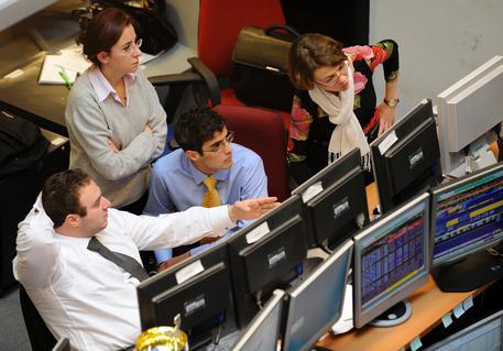 eac25e5ded Mercati guardano agli sviluppi della situazione del governo in Italia.  Operatori alla Borsa di Milano ...