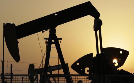 Petrolio, oscilla attorno a 50 dollari