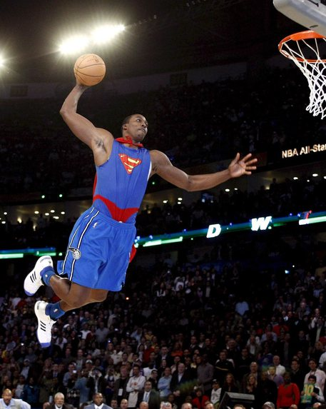 Dwight Howard con il costume di Superman durante gli NBA All-Star di New Orlean del 2008 © ANSA