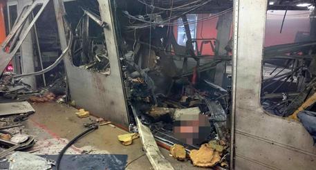 Un vagone della metropolitana di Bruxelles sventrato dall'esplosione nella stazione Maelbeek in una immagine ripresa da un autista e pubblicata sul profilo Twitter da Stib, la societa' di trasporti belga, 22 marzo 2016 © ANSA