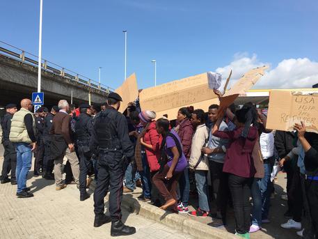 Migranti protestano a Cagliari © ANSA