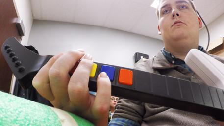 Ragazzo paralizzato muove le mani grazie a un chip nel cervello