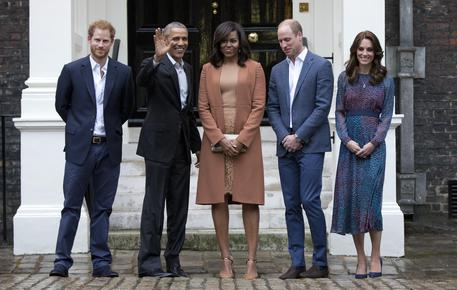 Baby George in vestaglia stringe la mano a Obama