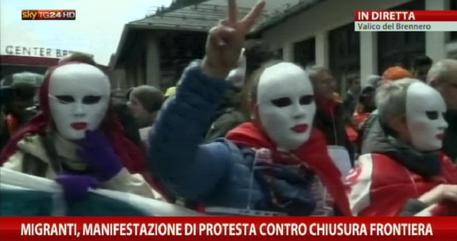Migranti: Sel, Rifondazione comunista e centri sociali protestano al Brennero