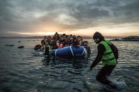 Migranti: incendio Lesbo, migliaia in strada attendono aiuti