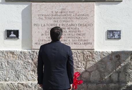 Matteo Renzi di fronte alla lapide commemorativa di Pio La Torre e Rosario Di Salvo. - Foto TIBERIO BARCHIELLI - © ANSA