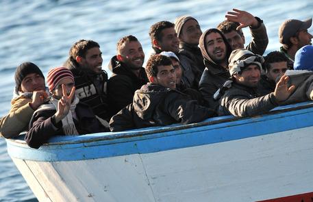 Libia, affonda barcone. 500 migranti in salvo, 7 morti