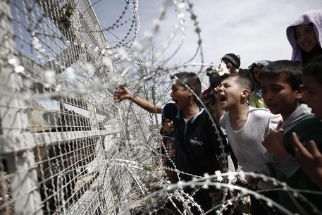 Gli scontri a Idomeni con la polizia macedone © EPA