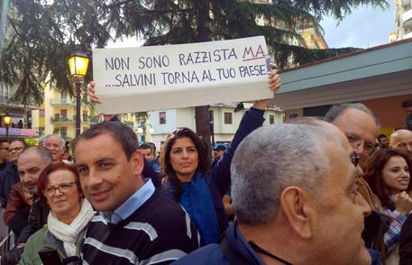 Salvini a Battipaglia: escrementi sul palco prima del comizio