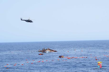 Libia,affonda gommone migranti:12 morti