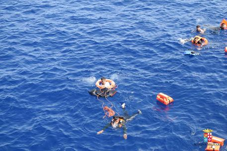 Migranti, nuova strage nel canale di Sicilia morti almeno 20 profughi
