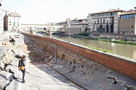 Voragine inghiotte auto e cambia volto lungarno Firenze