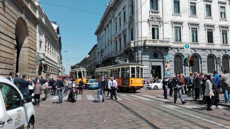 Milano, il sorpasso della volante della polizia finisce tra due tram