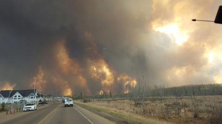 70.000 evacuati a causa dell'enorme incendio