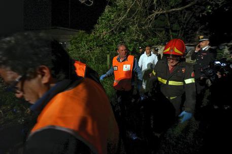 Italia, lancia due figlie da finestra, salvate da vigili fuoco
