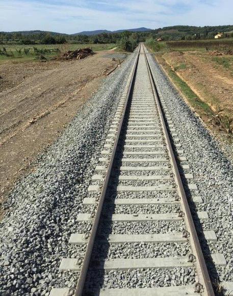 Varca recinzione di sicurezza e cammina sui binari, investito da treno regionale