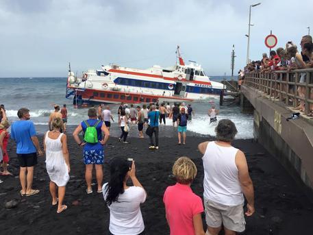 Stromboli, aliscafo sbatte contro il molo Incidente per forte vento, nessun ferito