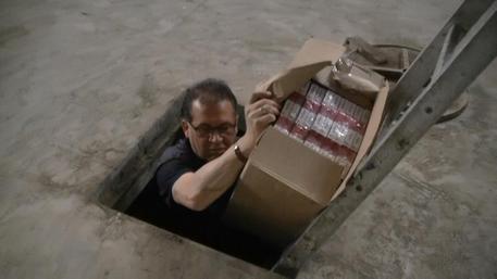 Napoli, deposito bunker di sigarette a Scampia. 8 arresti
