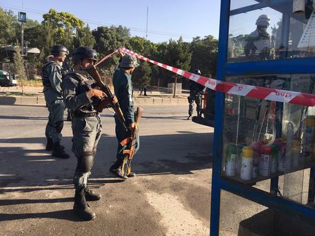 Afghanistan, attacco a minibus: almeno 14 morti. I talebani rivendicano l'attentato