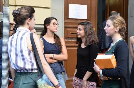 Studentesse davanti il proprio istituto (archivio) © ANSA