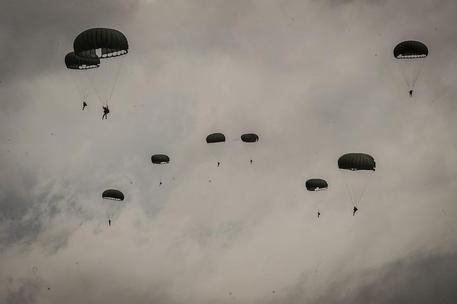 Ravenna, paracadutista della Folgore precipita su un bagnante