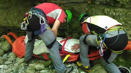Cade e si infortuna durante escursione nell'Orrido di Botri