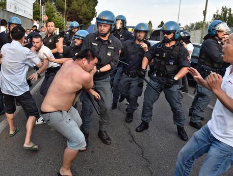 Tafferugli con cinesi, forze ordine caricano