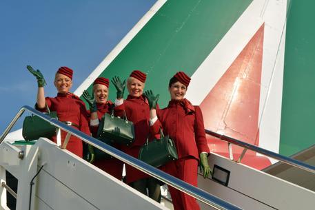 Alitalia: le nuove divise rosse prendono il volo