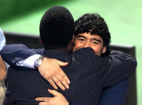 Maradona e Pelè protagonisti di un amichevole di lusso a Parigi