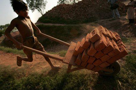 Un bambino che lavora a Meerut city in India (archivio) © ANSA