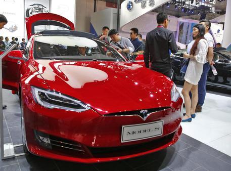 Usa, primo morto in una macchina Tesla stava guidando con l'autopilota attivo