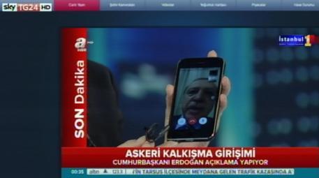 Turchia, militare rischia il linciaggio: un poliziotto lo mette in salvo