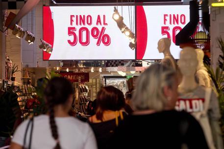 File nei negozi durante i saldi estivi © ANSA