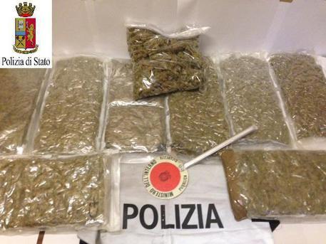 Fano, arrestati 5 scafisti albanesi nel gommone 2 tonnellate di marijuana