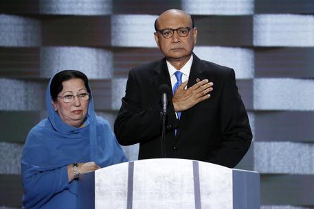 Trump in imbarazzo, lite con i coniugi Khan.