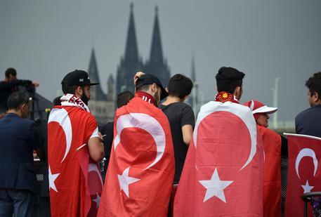 Ventimila turchi manifestano a Colonia a sostegno di Erdogan